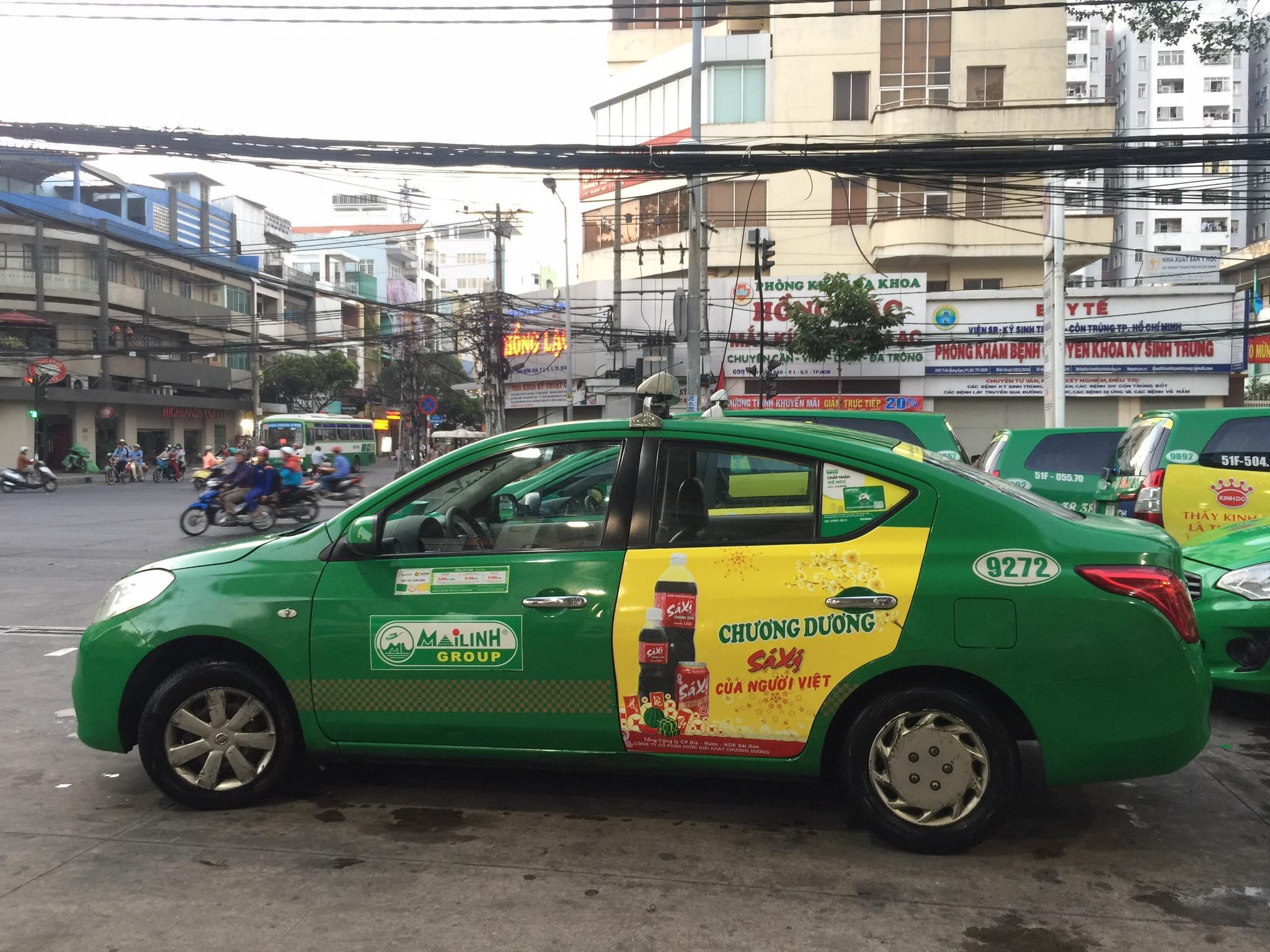quang cao sa xi tren taxi